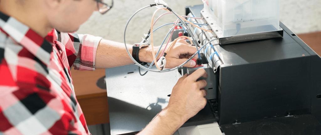 técnico arrumando impressora